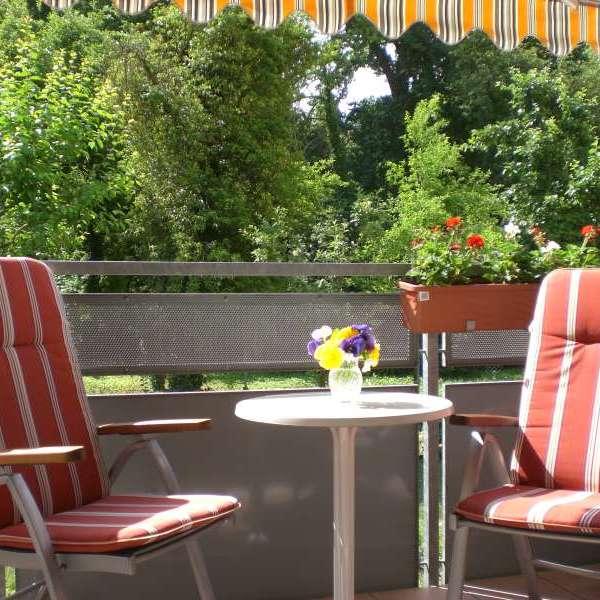 Sonne genießen auf dem Balkon